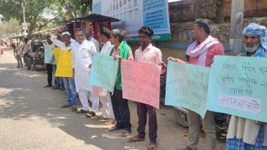 Photo of माले के बिधायको ने पूरे प्रदेश में बिहार विशेष सशस्त्र पुलिस विधेयक 2021 की प्रति फाड़ कर जलाया किया विरोध